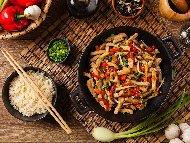 Задушено свинско бон филе със зеленчуци (чушки, лук и моркови) по китайски на уок тиган